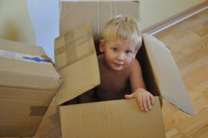 la personne fille Jeu garçon enfant cadeau enfant boîte paquet robe bambin peau Positions humaines déménager