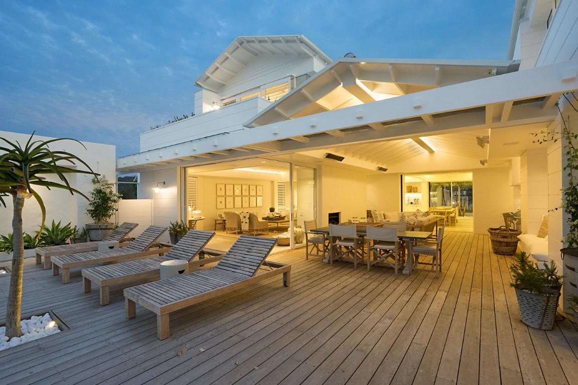 terrasse de luxe ouverte sur salon